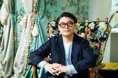 【GLAMなオトコ】Vol.15「ライフ・イズ・ビューティフル」。ファッションも人生も謳歌するデザイナー丸山敬太の広がりゆく世界